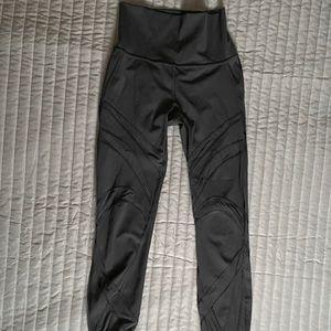 Lululemon yoga leggings athletic mesh pants size 4